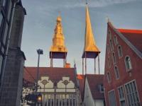 Freitag Abend in Lemgo. Die untergehende Sonne scheint über die Dächer und die Kirchtürme sind in der wöchentlichen Reinigung. Schönes Wochenende.