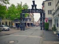 Composing Stadttor aus Mülleimern